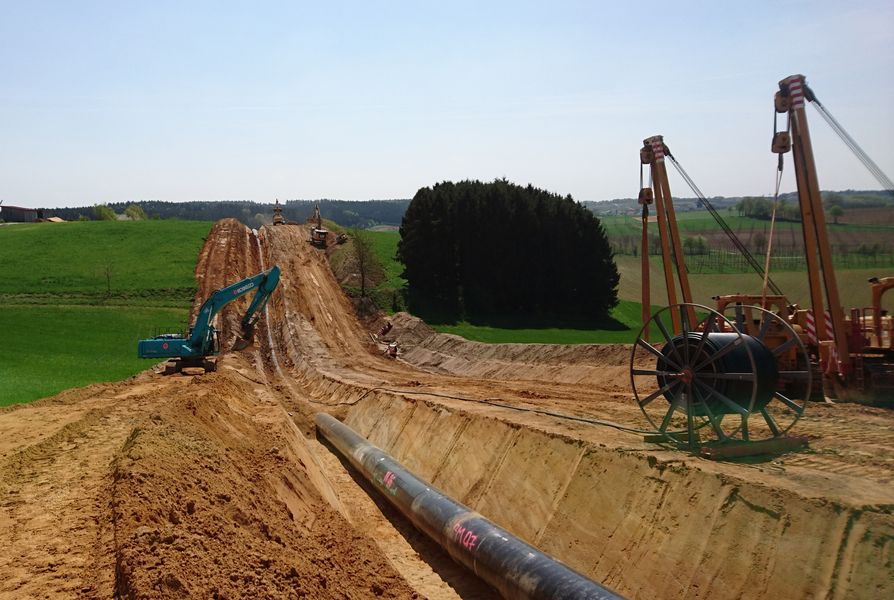 Laying natural gas transport line